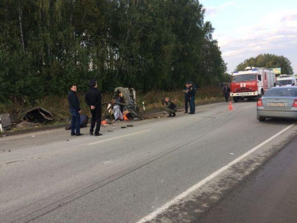 В России из-за лопнутого колеса грузовик раздавил два авто – погибли восемь человек