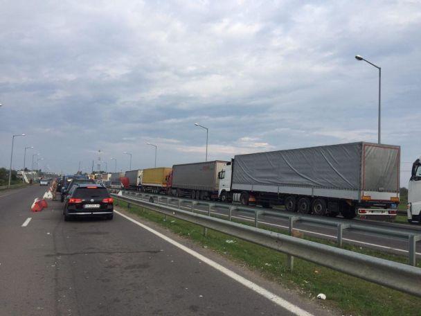 """На пункті пропуску """"Краковець"""" у черзі стоять майже 200 авто"""