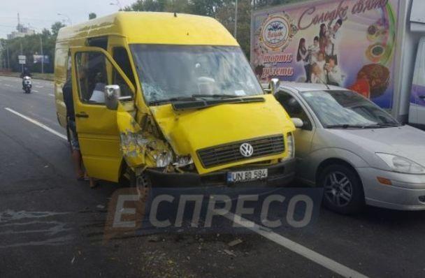 В Киеве микроавтобус с молдавскими заробитчанами протаранил две машины