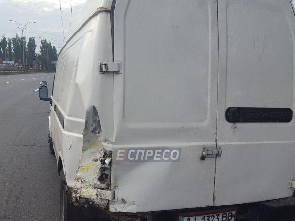 У Києві мікроавтобус із молдовськими заробітчанами протаранив дві автівки