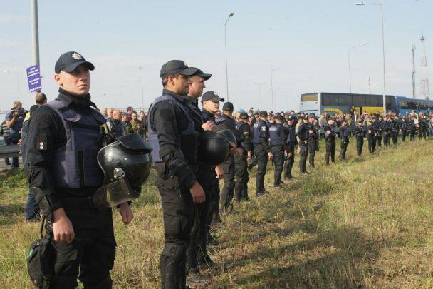 В полиции объяснили, зачем брали в кольцо людей в камуфляже в Краковце