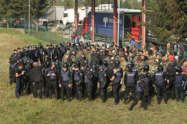 У поліції пояснили, навіщо брали у кільце людей у камуфляжі у Краковці