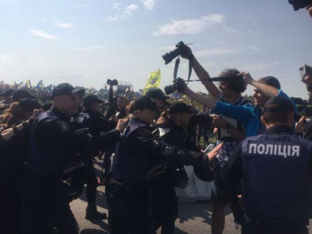 """Полиция остановила колонну из около 80 человек в камуфляже, которые двигались в сторону """"Краковца"""""""