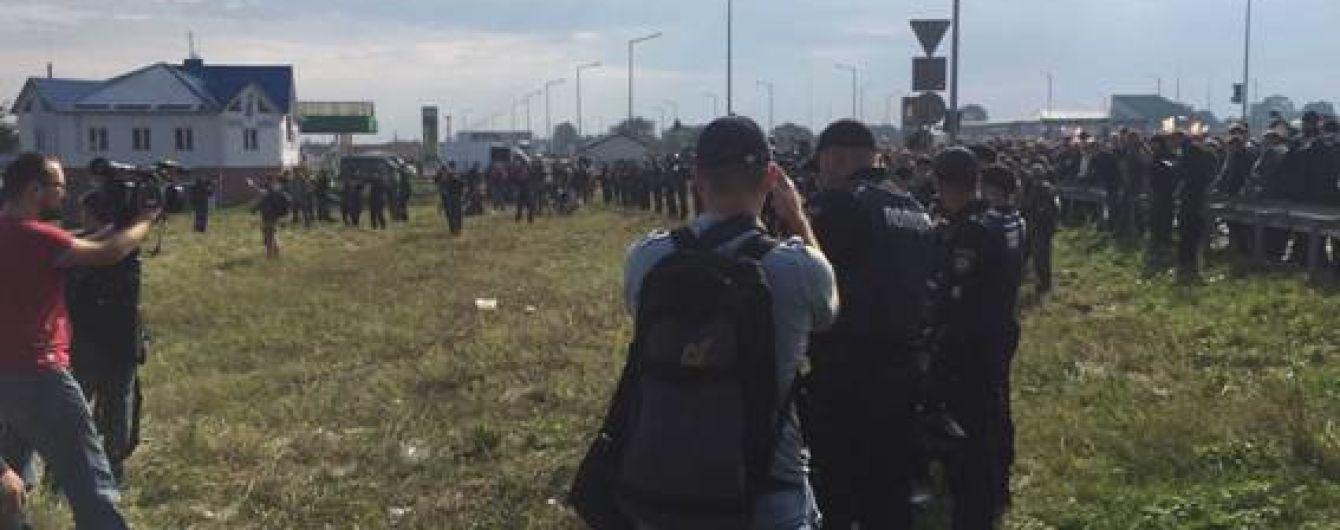 """Газові балончики і пістолет. Поліція зупинила вже понад сотню осіб у камуфліжі біля """"Краковця"""""""