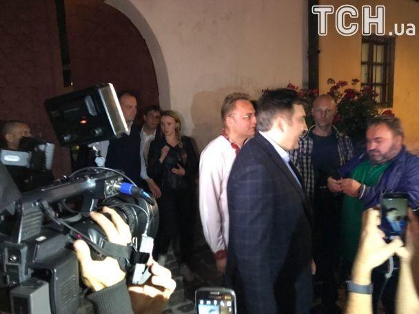 """Саакашвілі під охороною бійців з нашивками батальйону """"Донбас"""" повечеряв у Львові"""