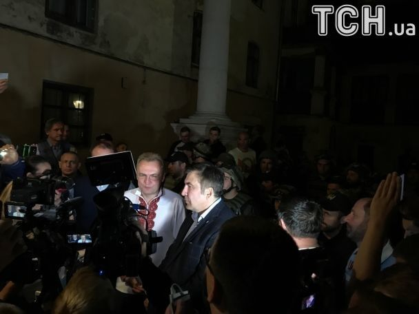 """Саакашвили под охраной бойцов с нашивками батальона """"Донбасс"""" поужинал в Львове"""