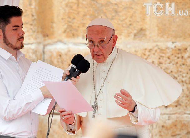 Ряса в крові, розбита брова та синець під оком. Як Папа Римський травмувався в Колумбії