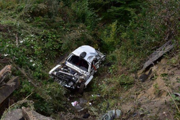 Во время ралли на Буковине в пропасть слетела машина с гонщиками