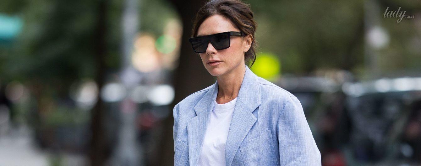 В прямых джинсах и объемном пиджаке: Викторию Бекхэм подловили перед показом в Нью-Йорке