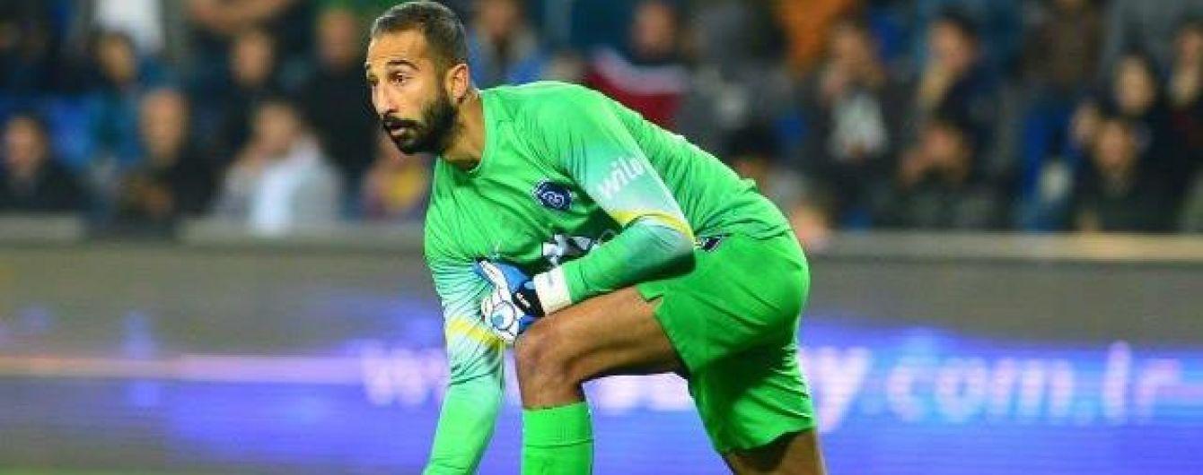 Турецкий вратарь получил бутылкой по голове от своих бывших фанатов