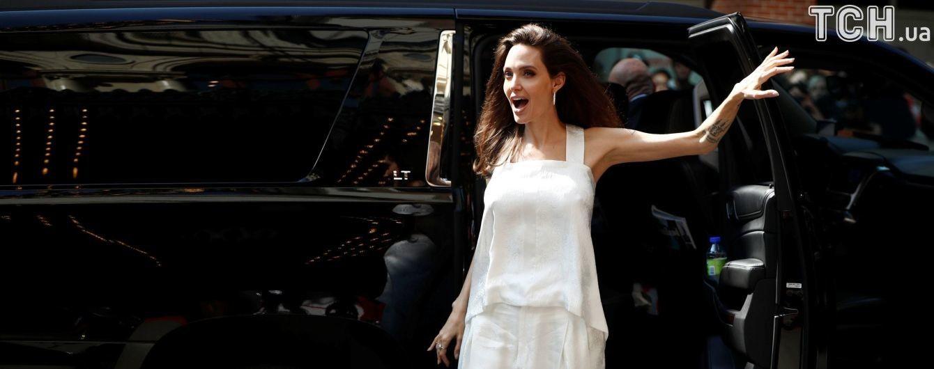 Улыбающаяся Джоли в компании своих детей приехала на кинофестиваль в Торонто