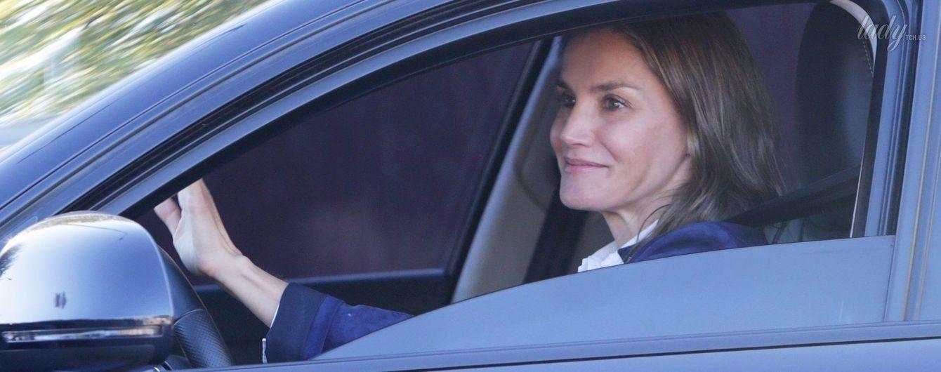 Королевы тоже водят машину: Летиция отвезла дочерей в школу