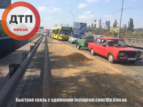 В Киеве на Южном мосту грузовик рассыпал комбикорм