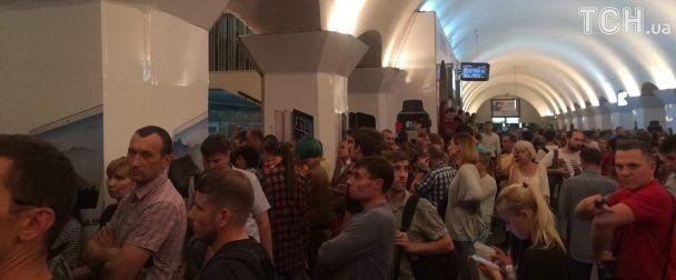 Через зупинку руху метро у Києві утворилася тиснява