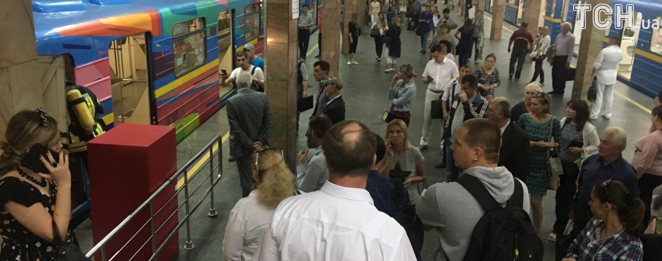 Рятувальники назвали попередню причину зупинки синьої гілки метро Києва