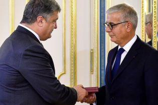 """Порошенко вручив французькому сенатору Орден """"За заслуги"""""""