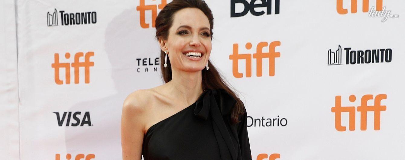 Игриво обнажив плечо: Анджелина Джоли блистала на красной дорожке кинофестиваля в Торонто