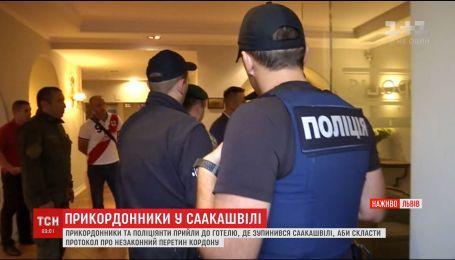 В гостиницу, где остановился Саакашвили, начали съезжаться полицейские