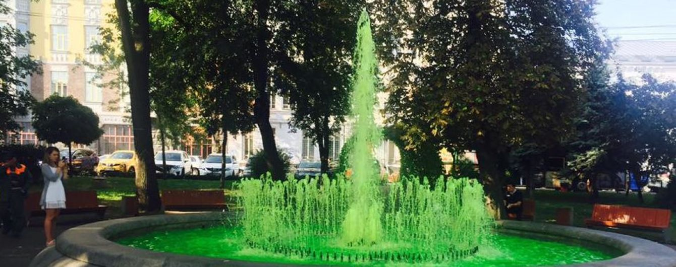 Мокрые вандалы. В Киеве в очередном фонтане вода стала ярко-зеленого цвета
