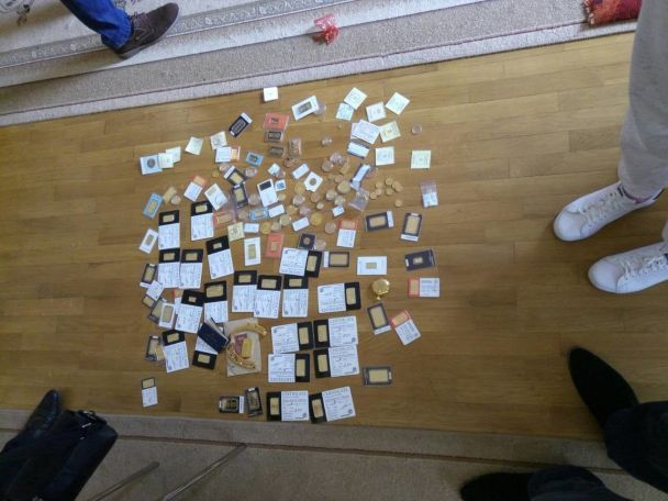 Обшуки у справі Януковича: ГПУ вилучила три кілограми золота, космічну суму грошей і документи