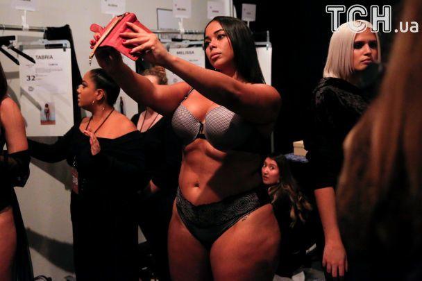 Растяжки, целлюлит и складки: модель plus-size Эшли Грэм вышла на подиум в нижнем белье