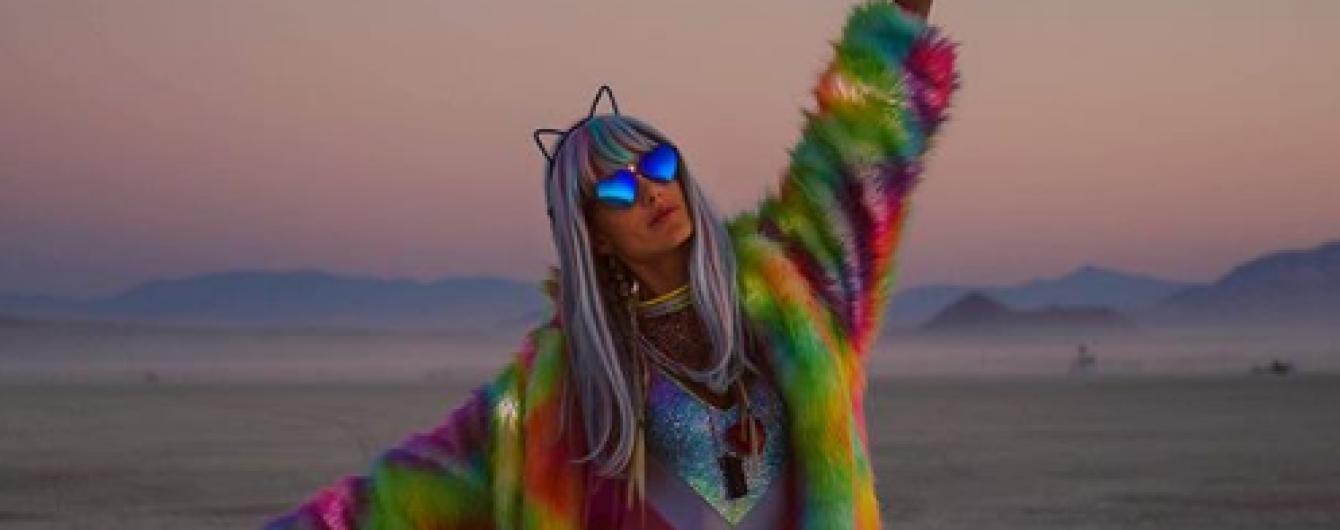 Неоновые шубы, колготки в сетку и бархатные боди: образы Алессандры Амбросио на фестивале Burning Man