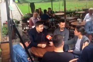 Саакашвілі у супроводі охорони вийшов у центр Львова поспілкуватись з журналістами