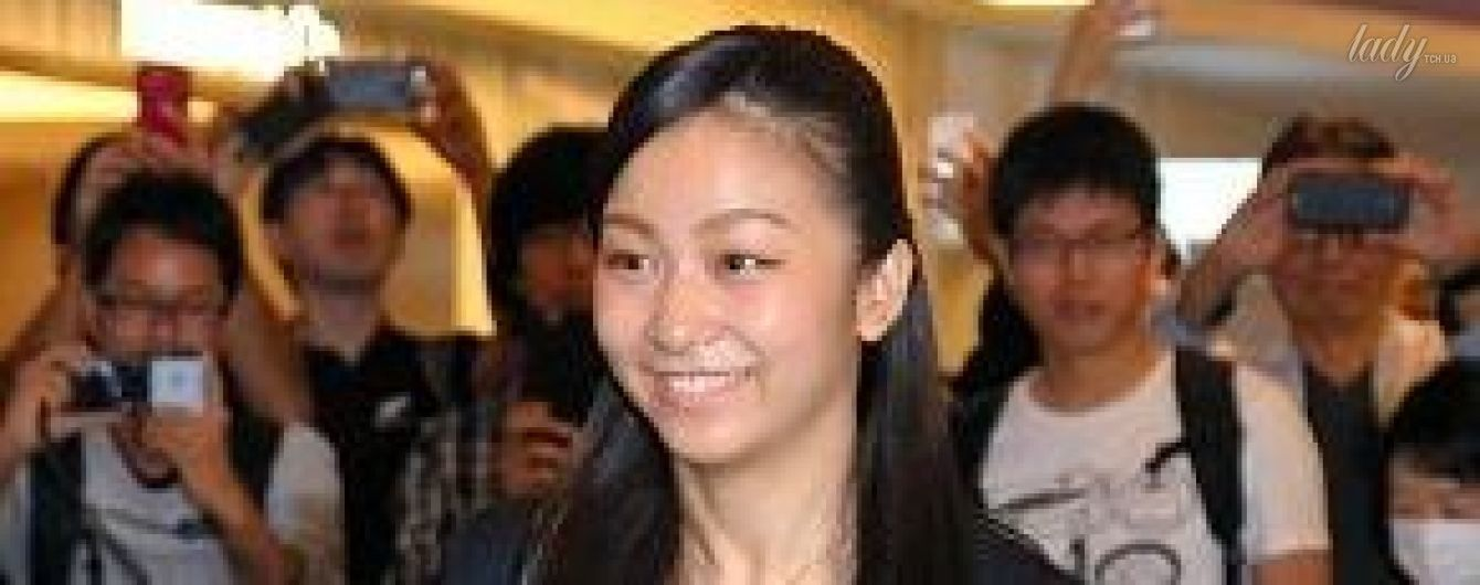 В белом платье и черном пиджаке: принцесса Японии Како отправилась на учебу в Великобританию