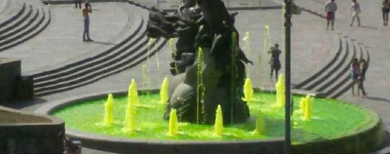 Вандалы-рецидивисты снова окрасили воду в фонтанах на Майдане Незалежности