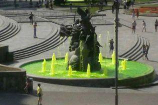 Вандали-рецидивісти знову пофарбували воду у фонтанах на Майдані Незалежності