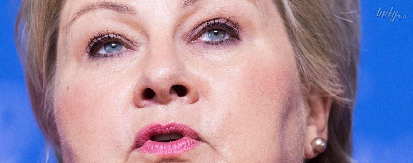 Премьер-министр Норвегии Эрна Сульберг отпраздновала победу на парламентских выборах в кофте цвета фуксии