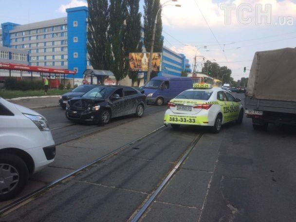 Масштабная авария в Киеве: на Подоле из-за ДТП остановились трамваи