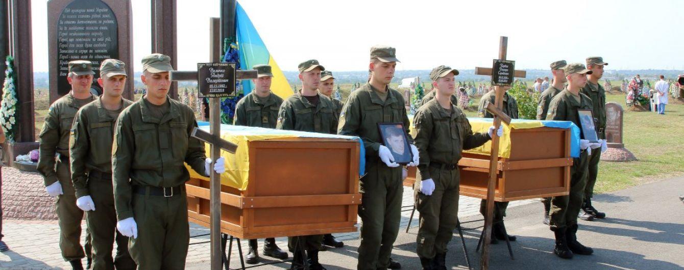 В Днепре попрощались с тремя погибшими бойцами, которых идентифицировали по ДНК