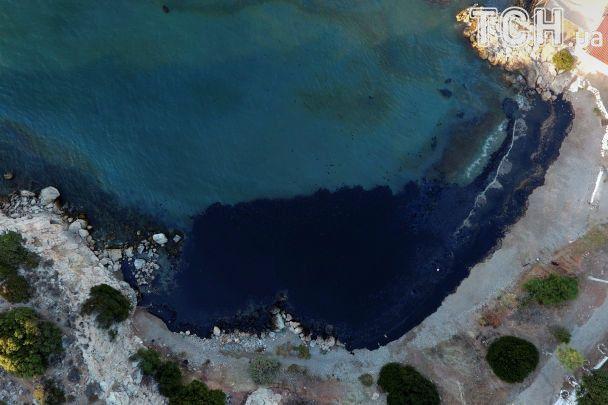 В Греции под воду ушел танкер, из которого море и пляж залило нефтью