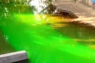 """В Киеве """"мокрые"""" вандалы окрасили в ярко-зеленый цвет не только фонтаны, а и реку Лыбедь"""