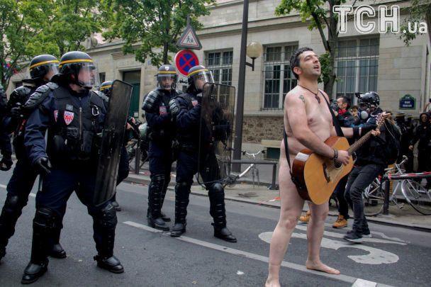 Повністю оголений француз вийшов на протест проти змін до трудового закону
