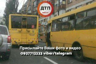 Біля Севастопольської площі у Києві сталася ДТП за участю маршрутки та тролейбуса
