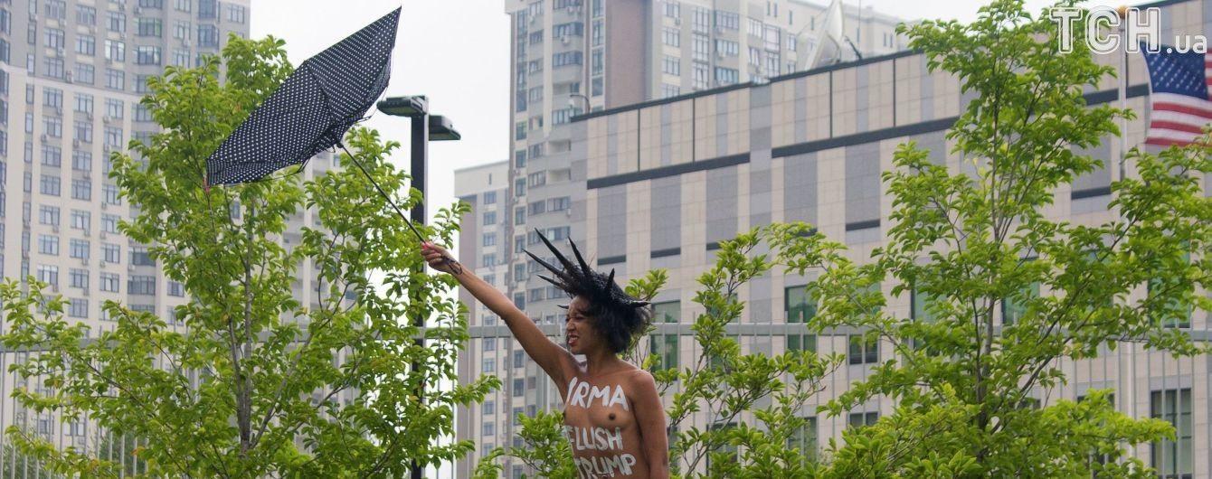В Киеве участница Femen с голой грудью протестовала против Трампа под посольством США