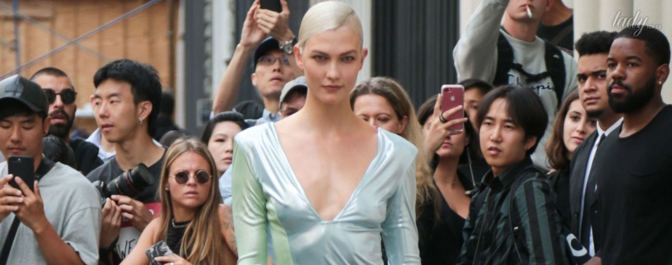В платье с экстремальным разрезом: Карли Клосс на Неделе моды в Нью-Йорке