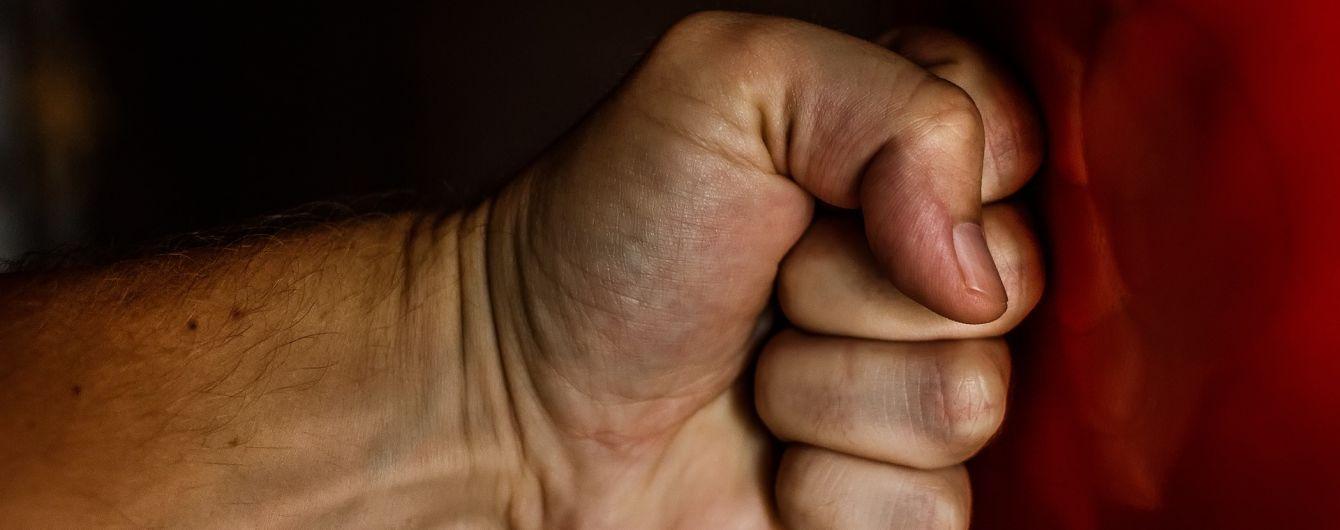 Бійка, крадіжка і ножове поранення в обличчя: на столичній Оболоні стався кривавий інцидент
