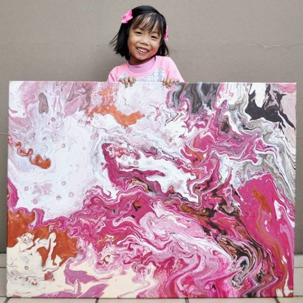 """В Сиднее 5-летняя художница рисует """"космические"""" картины и жертвует заработанные деньги детям"""