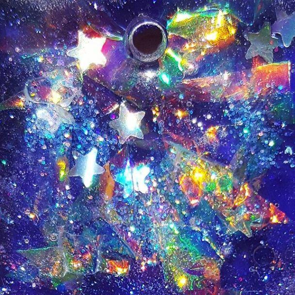 """У Сіднеї 5-річна художниця малює """"космічні"""" картини і зароблені гроші віддає на благочинність"""