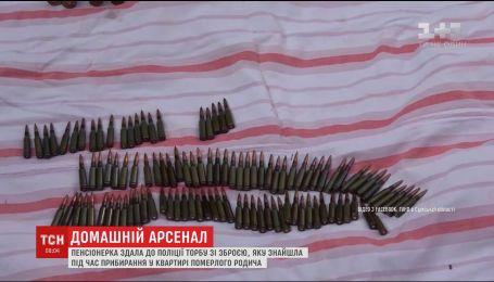 В Сумах пенсіонерка принесла до поліції сумку з боєприпасами, яку знайшла у квартирі племінника