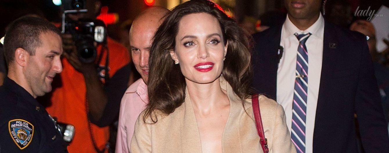 В оттенках бежевого: эффектная Анджелина Джоли в новом образе приехала в Нью-Йорк