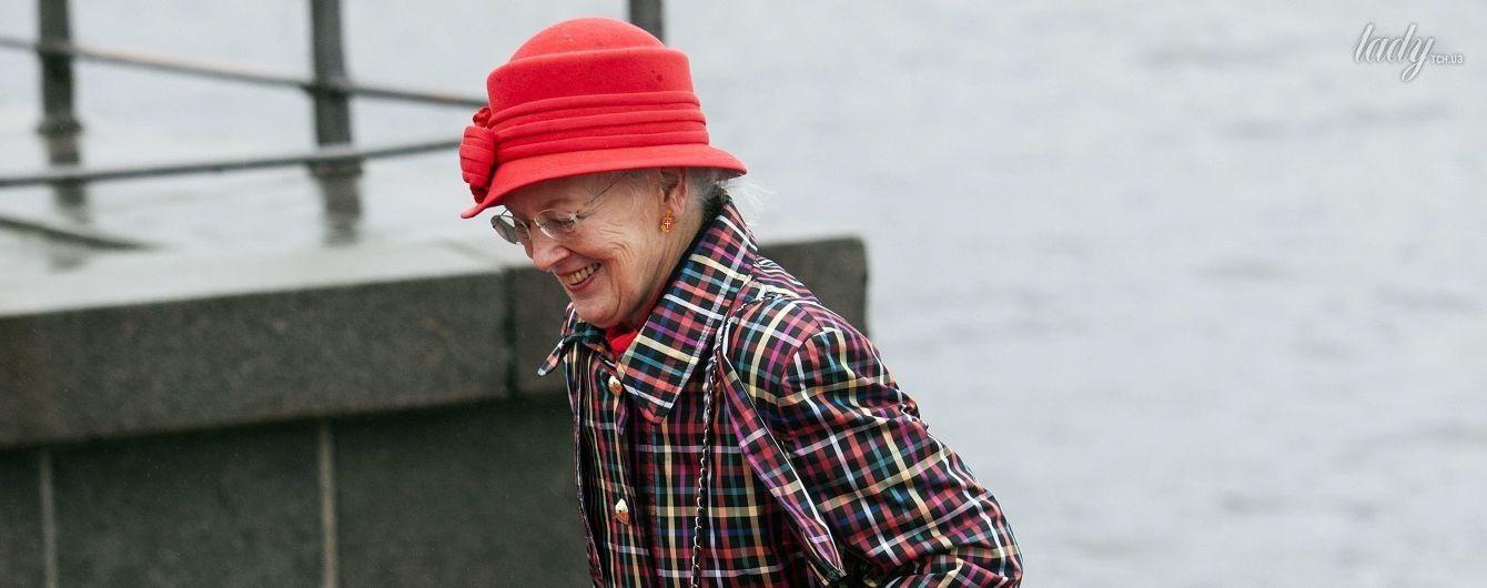 В ярком пальто и с сумкой Chanel: 77-летняя королева Дании Маргрете II впечатлила нарядом