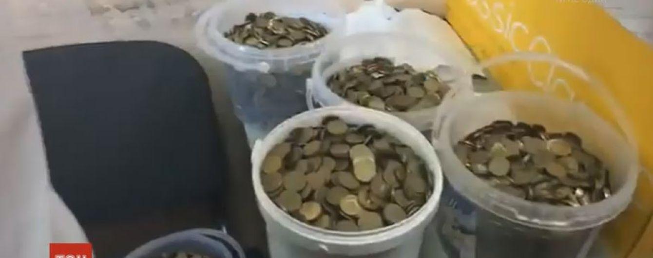 Штрафы ведрами: крымские татары принесли российским судоисполнителям 140 килограммов монет