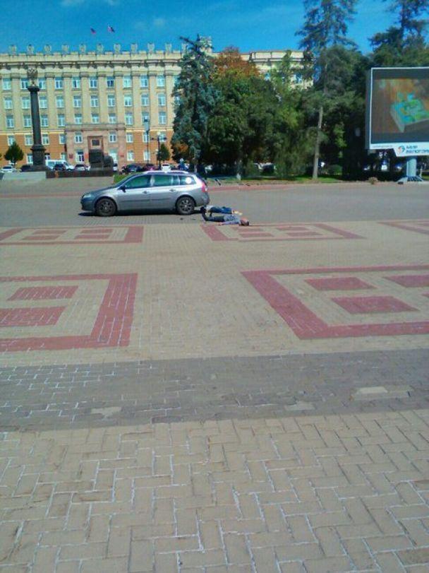 В России в центре города мужчина выбросил из машины труп и пытался убить себя