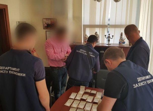 У Києві затримали викладача державного вишу, який вимагав хабар у бюджетника