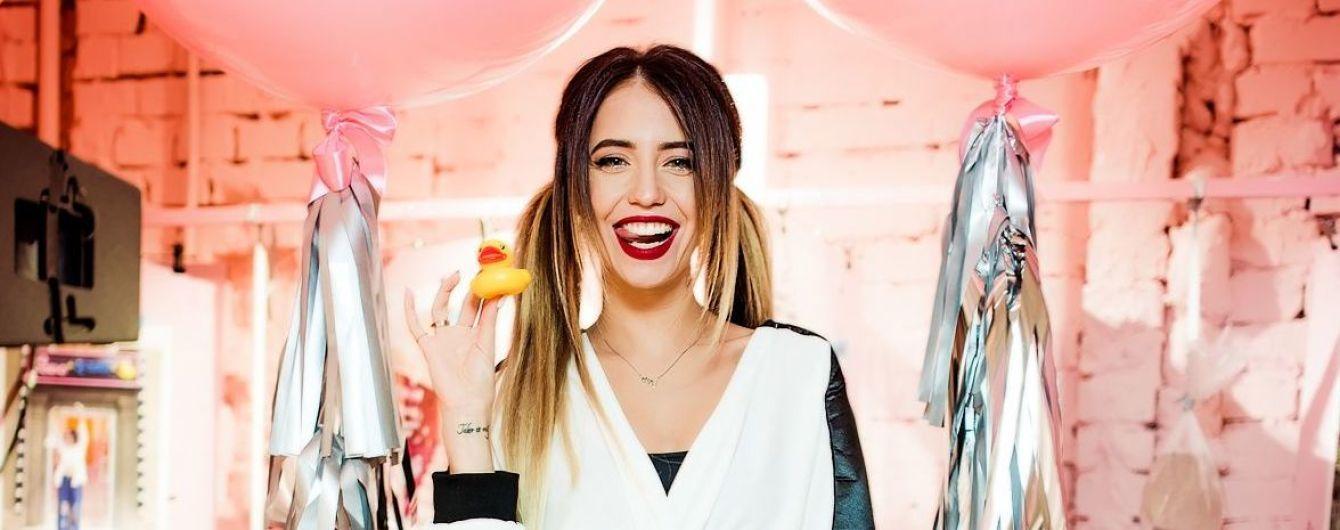В экстравагантном наряде и на шпильках: Надя Дорофеева на открытии шоу-рума корейских брендов