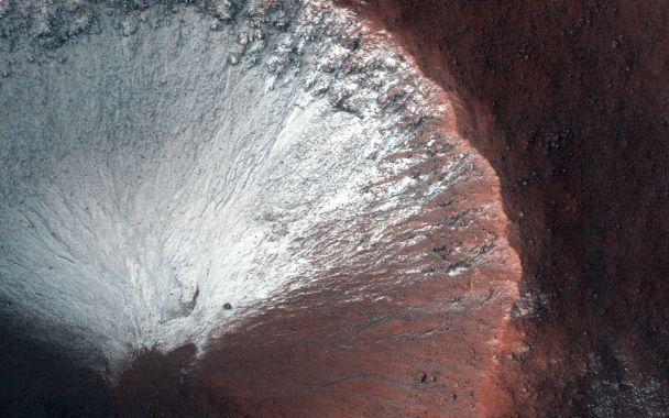 Синие ручейки и одинокие горы: NASA ошеломило новыми фотографиями с Марса